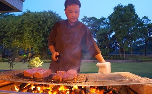 Đầu bếp của đại sứ Nhật đang nướng món bò Hida, được mang từ tỉnh Gifu tới.Một con bò Hida đã mổ xong giá vào khoảng 10 triệu yên (gần 2 tỷ VND). Từ một con bò, sẽ tách được khoảng 300 kg thịt. Những tảng thịt được mang tới Việt Nam lần này có giá 18.000 yen Nhật/kg (hơn 3 triệu đồng).