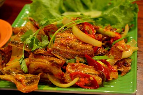Cá khô rang chua ngọt Vùng biển Đà Nẵng mang đến nhiều món hải sản ngon, đặc biệt là các món từ cá. Từ lâu, cá khô là một món dân dã của người dân miền biển. Cá khô xào cay, hay cá khô rang chua ngọt chất chứa hương vị biển mặn mòi mà đậm đà.