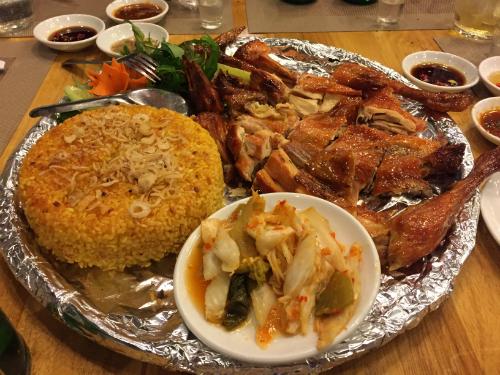 Mâm gà nướng lu xôi cháy ở Bình Định