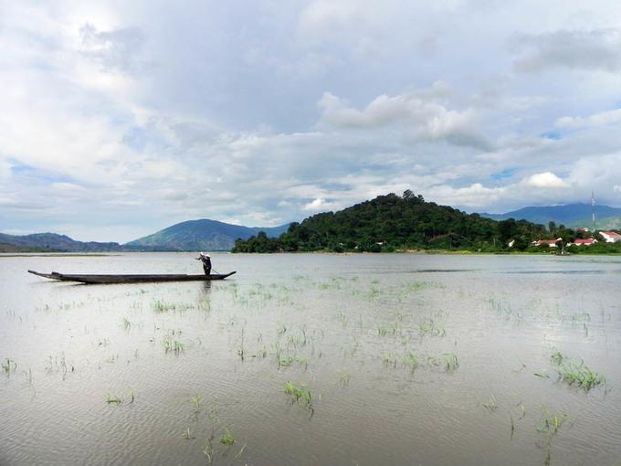Khung cảnh bình yên của ngôi làng nằm bên hồ Lắk