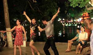 Câu lạc bộ khiêu vũ bên bờ Hồ Gươm