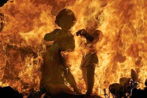 Chơi với lửa tại Tây Ban Nha  Las Fallas là một trong những lễ hội nổi tiếng và ồn ã nhất ở Tây Ban Nha. Vào giữa tháng 3, Valencia rực sáng bởi ánh lửa phát ra từ các hình nộm khổng lồ mô phỏng các nghệ sĩ nổi tiếng, nhân vật hoạt hình được đốt ngay trên phố. Các bé nhỏ cũng khai hỏa với hình nộm nhỏ hơn. Bên cạnh đó là những màn pháo hoa có thể làm