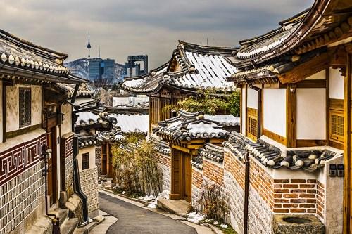 Làng Bukchon Hanok   Có thể nói Bukchon là khu vực lịch sử đẹp nhất ở Seoul, và nó là một điểm đến tuyệt vời cho các du khách tìm hiểu về văn hóa của thành phố. Bằng cách đi bộ ngang qua ngôi làng, bạn có thể xem xét những bức tường có đầu hồi để quan sát những ngôi nhà truyền thống của Hàn Quốc với nhiều kích cở. Những điểm đến đáng ghi nhớ trong làng là Trà Thất (nhà uống trà) và một khu bảo tàng ngoài trời.