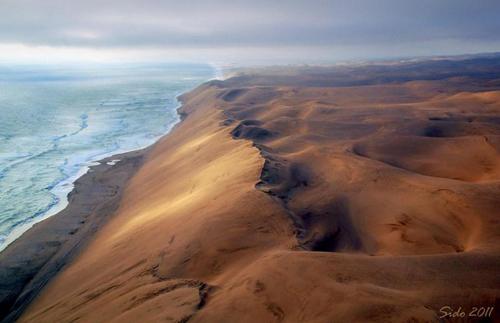Skeleton, Namibia Nằm ở bờ biển Đại Tây Dương của Namibia, cái tên Skeleton được biết đến là nơi chất đầy xương cá voi, những di tích của vô số tàu thuyền đối mặt với nhiều cảnh chết chóc, những xác sinh vật xấu số không thể tồn tại trong môi trường khắt nghiệt. Skeleton là nơi xa mạc gặp biển và được mệnh danh là Vùng đất của Thiên Chúa tạo ra khi giận dữ hay còn gọi là Cổng địa ngục.