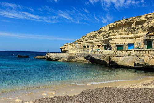 Vịnh Dahlet Qorrot, Gozo, Malta Gozo, hòn đảo đẹp như tranh của Malta thực sự là một viên ngọc chưa được khám phá. Với những bãi tắm đẹp và vịnh Dahlet Qorrot có dải cát đá sỏi trắng trải dài, thích hợp cho các hoạt động tắm nắng. Hòa mình dưới làn nước biển ở đây trong xanh và tập thể thao dưới không gian xanh mát nơi đây là một trải nghiệm lý thú.