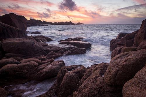 Biển hồng Granite, tỉnh Brittany, Pháp Nếu biển đỏ ở Santorini, biển đen nơi thiên đường Hawaii nổi tiếng thế giới, thì biển hồng Granite ở Pháp lại nằm lặng lẽ trong một tỉnh nhỏ Brittany ở phía bắc. Bờ biển này có tên tiếng Pháp là Côte de Granit Rose, với đặc trưng các dãy đá granit và cát thấm nhuộm một màu hồng sẫm. Ngắm hoàng hôn và bình minh luôn là những trải nghiệm ưu tiên bên cạnh việc chụp ảnh selfie.
