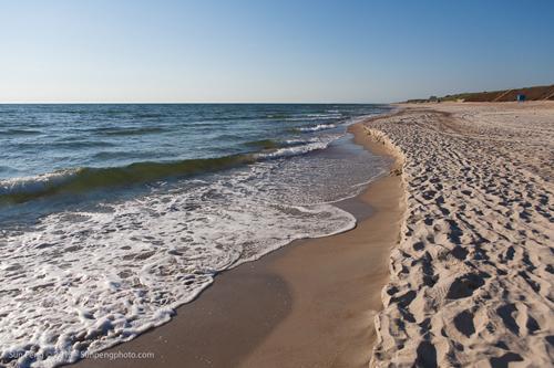 Curonian Spit, Lithuania Bãi biển Curonian Spit ở Lithuania bao gồm những dải cát dài, mịn màng, là một bán đảo riêng được tách ra từ biển Baltic. Nơi đây được UNESCO công nhận là di sản thế giới, có vị trí địa lý ấn tượng và có cư dân ở cách đây nhiều thập kỷ. Thế nhưng, vì được bảo vệ và quản lý tốt, nên biển vẫn còn rất hoang sơ và tự nhiên.