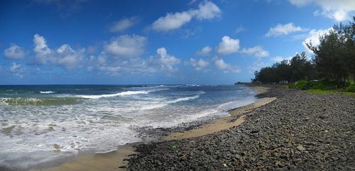 Riviere des Galets, Mauritius Riviere des Galets Beach tại Mauritius đặc trưng với hàng ngàn, hàng vạn viên sỏi nằm khắp bờ biển. Bạn đừng sợ bị hỏng đôi giày của mình cũng như lo lắng cát len lỏi vào quần áo khi có những giây phút tận hưởng ở đây. Phóng tầm mắt về hướng nam, những rặng núi ngút ngàn ẩn hiện trong mây trời và những cơn sóng biển vỗ về dập dìu ngay dưới chân bạn, giúp bạn thư thái tâm hồn cũng như tạo thêm phần thú vị cho các chuyến picnic.