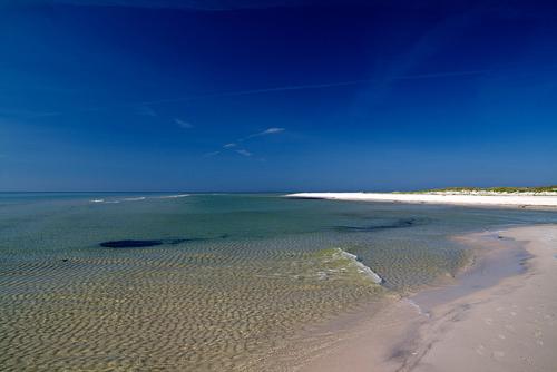 Dueodde, đảo Bornholm, Đan Mạch Dueodde nằm đảo Bornholm tại biển Baltic, tự hào có một số bãi cát trắng mịn, sạch đẹp và lôi cuốn đôi chân bạn mà không nỡ rời xa. Ngâm mình trong những làn nước biển xanh trong mỗi chiều để thư giãn là điều tuyệt vời nhất.
