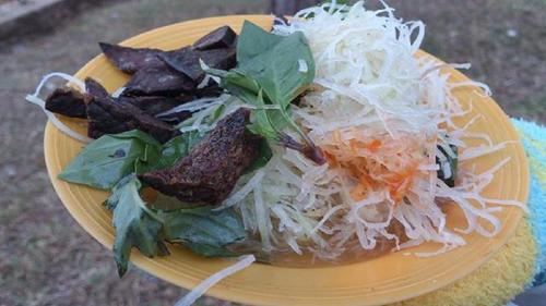 Nếu người Đà Lạt thưởng thức xắp xắp như để gợi nhớ về hương vị ẩm thực quê hương, cuộc sống giản dị của người dân thì khách thập phương tận hưởng nó như tìm hiểu thêm về nét đặc trưng của thành phố này.
