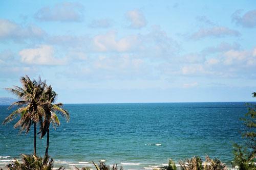 Bãi biển Hồ Cốc dài chừng 3km với những hàng dương lúc nào cũng chao nghiêng trong gió. Ảnh: Phong Vinh