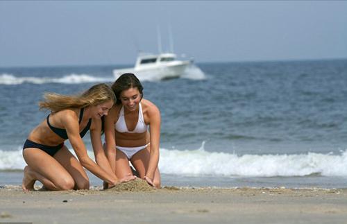 Đàn ông thường lén chụp ảnh phái nữ mặc bikini khi du lịch