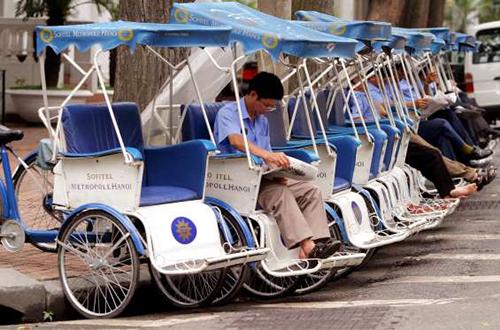 Xích lô, Việt Nam  Là phương tiện di chuyển phổ biến ở Việt Nam. Hầu hết khách du lịch đều lựa chọn loại xe này để di chuyển quanh thành phố ngắm cảnh, trải nghiệm. Dân địa phương sử dụng xích lô để tránh khỏi sự ùn tắc giao thông trên đường và giúp di chuyển nhanh hơn so với taxi. Ảnh: Msn.