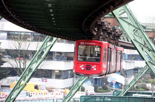 Đường xe lửa treo ở Đức  Được xây dựng giữa những năm 1898 đến 1901 bởi nhà thương doanh Eugen Langen. Tuyến đường này chở khoảng 25 triệu người mỗi năm. Khoảng 19.200 tấn thép được sử dụng để xây dựng tuyến đường này. Ảnh : Msn