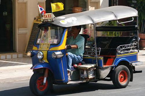 Tuk tuk, Thái Lan  Tuk tuk được xem là biểu tượng ở Thái Lan. Tình trạng giao thông ở Thái Lan cũng khá nhôn nhịp và việc nhồi nhét khách hàng, lấn chiếm làn đường cũng thường xuyên xảy ra khi tham gia giao thông. Ảnh : Bootsnall