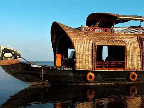 Houseboat ở Ấn Độ  Là loại phương tiện phổ biến dọc theo sông Kerala, di chuyển khá chậm, sử dụng chủ yếu cho các chuyến đi giải trí. Thuyền được làm thủ công mà không tuân theo mô hình hay chỉ dẫn nào bởi bàn tay của các người thợ làm thuyền chuyên nghiệp. Ảnh : Indiatimes