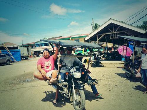 Habal Habal ở Philippines  Thiết kế độc đáo khéo léo, loại xe này có thể chở khoảng 10 người trên mỗi lượt đi. Phương tiện phổ biến và thuận lợi nhất giúp du khách đến những ngôi làng hẻo lánh với những con đường chật hẹp và gồ ghề ở Philippines. Đây cũng là loại xe dùng để vận chuyển hàng hóa của dân bản địa. Ảnh : globalvoicesonline