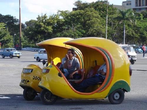 Coco taxi ở Cuba  Với hình dáng như một trái dừa, Coco taxi được sử dụng phổ biến quanh Havana và Varadero. Những chiếc xe có màu vàng dùng để chở khách du lịch còn xe có màu đen thì sử dụng để vận chuyển hàng hóa của dân bản địa. Ảnh : virtualtourist