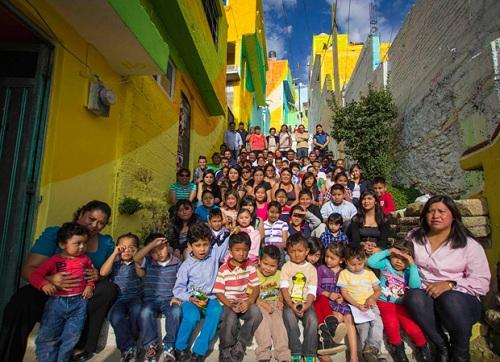 Las Palmitas trước đó là một nơi người dân luôn sống trong cảnh giác, những người hàng xóm tránh tiếp xúc với nhau, không ai dám ra ngoài một khi bóng tối bao trùm. Khi dự án này tiến gần đến gia đoạn cuối, người dân dần sống gần gũi và tình cảm với nhau, lũ trẻ đã có thể hồn nhiên chơi đùa trên những bậc thang nối giữa các khu nhà. Tinh thần đoàn kết mỗi ngày đều được thắt chặt hơn, người dân Las Palmitas đang dần tự kiểm soát được an ninh trật tự nơi họ sinh sống.