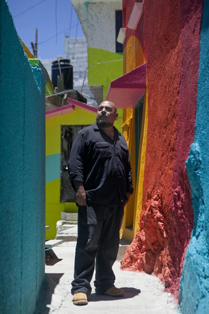 Enrique Gomez, giám đốc dự án, cho hay những người nghệ sĩ vẽ tranh đã dành nhiều tâm huyết để hoàn thành dự án cộng đồng này, với sự hỗ trợ nhiệt tình của những người dân tại thị trấn. Anh cũng chia sẻ về mục đích của dự án nhằm xóa bỏ hình ảnh xấu xí trước kia của thị trấn nhỏ. Ít ai biết rằng Enrique từng là thành viên của một băng đảng xã hội đen, anh đã quyết định sống cuộc đời lương thiện kể từ khi đến với nghê thuật vẽ tranh tường và tranh đường phố graffiti.