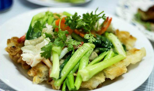 Món ăn Phở áp chảo cho bữa trưa tại Sài Gòn