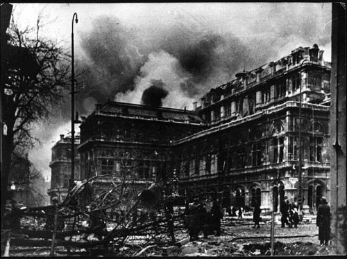 Khung cảnh tan hoang của Nhà hát thành phố Vienna Opera House sau trản ném bom. (Ảnh: Bildarchiv Austria)