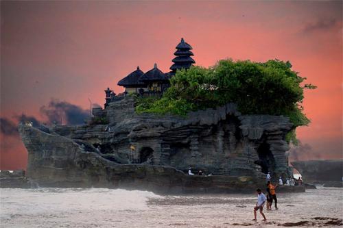 Tanah Lot, biểu tượng của đảo Bali.