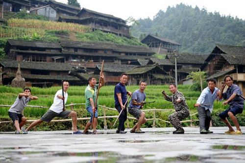 Ganxi Đong, một ngôi làng nhỏ ẩn sâu trong núi Tianzhu ở miền trung Trung Quốc, được sự chú ý trên toàn thế giới đạt được cho người dân có tay nghề cao bất thường của nó. Rõ ràng, tất cả những người sống trong các làng tự duy trì là một chuyên gia võ thuật!