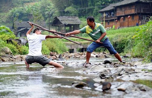 Người dân Đồng, một trong số 56 công nhận dân tộc thiểu số ở Trung Quốc, tự hào vì đã xa lánh thế giới bên ngoài trong lợi của truyền thống địa phương.  Ngoài nông nghiệp, mỗi người dân làng được thành thạo trong nghệ thuật kung fu, mỗi người theo đuổi một phong cách khác nhau của các môn võ thuật Trung Hoa cổ đại. Họ sử dụng một loạt các vũ khí gồm gậy, pitchforks, và nắm đấm của mình.