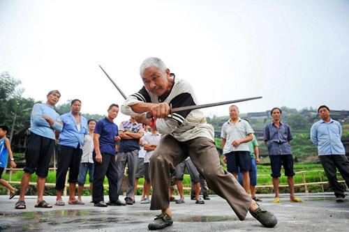 Không ai biết những câu chuyện có thật của làng kung fu nổi tiếng hiện nay, nhưng truyền thống học tập kung fu vẫn còn sống và phát triển mạnh trong số 123 hộ của Guanxi.  Và như các bạn trẻ bây giờ được để lại để làm việc tại các thành phố, ngay cả phụ nữ đang được khuyến khích học kung fu trong một nỗ lực để giữ truyền thống sống.