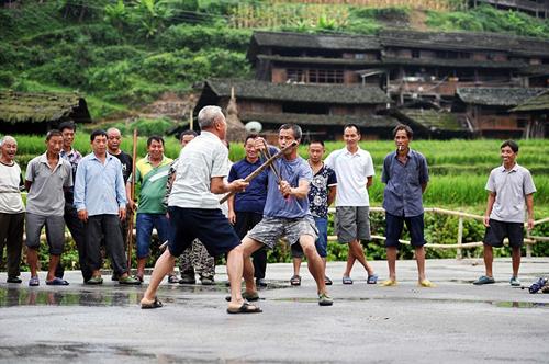 Hình ảnh của ngôi làng xanh tươi đang được chia sẻ rộng rãi trên phương tiện truyền thông xã hội Trung Quốc - họ chỉ cho một vài túp lều truyền thống nằm nép mình trong núi rừng dày.  Bối cảnh đẹp như tranh vẽ cung cấp các thiết lập hoàn hảo cho người dân của tất cả các lứa tuổi để thực hành kung fu - tất cả của mình và cũng qua các trận đánh nhau.
