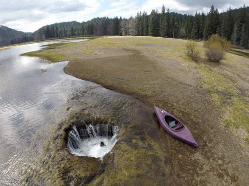 Hồ mỗi năm bị nuốt chửng một lần