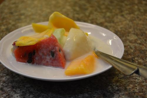 Trái cây kem Dù buổi tối Đà Lạt lạnh run, ai đến Đà Lạt cũng muốn thử món trái cây kem lạnh buốt này. Đơn giản chỉ là dĩa kem, trái cây như dưa hấu, thanh long, bơ, mít... thêm chút nước cốt dừa. Đặc biệt nếu đến Đà Lạt vào mùa bơ, món kem bơ luôn được du khách gọi nhiều nhất. Trên đường Nguyễn Văn Trỗi có hai quán trái cây kem luôn đông khách, với giá từ 10.000-20.000 đồng một dĩa tùy loại.