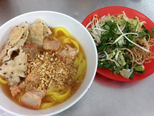 Mỳ Quảng Mỳ Quảng ở Đà Lạt mang hương vị đậm đà, nước dùng có bỏ thêm củ sắn (củ đậu) nên khá ngọt, sợi mì vàng óng, miếng thịt sườn non hay cốt lết thấm màu hạt điều hấp dẫn, bên trên rắc thêm đậu phộng, vài miếng bánh tráng mè nướng giòn. Muốn ăn thập cẩm thì có thêm trứng cút, tôm tươi hay miếng giò nạc. Mỳ Quảng được bán như một món ăn sáng tại rất nhiều đường phố ở Đà Lạt, nổi tiếng trên đường Hoàng Văn Thụ, Nhà Chung...  với giá 20.000-30.000 đồng một tô.