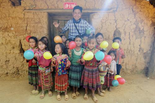 Hachi8 cùng các em nhỏ ở Xí Mần.