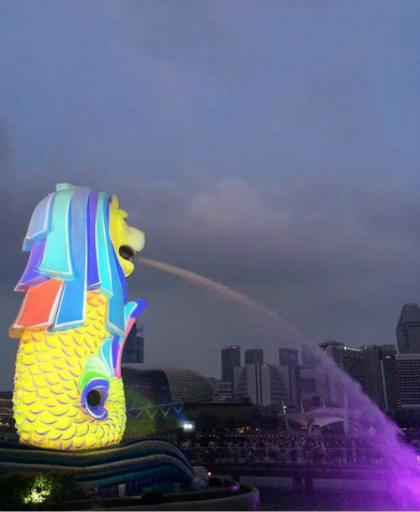 Biểu tượng du lịch của quốc đảo Singapore đổi màu thêm rực sỡ vào dịp Trung thu.