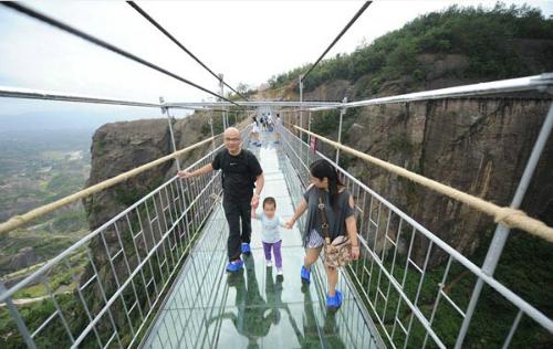 Du khách khi đi qua cầu sẽ được phát cho một đôi giày đặc biệt để giúp bám tốt hơn, không gây trơn trượt.