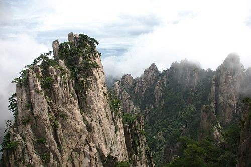 Hoàng Sơn, tỉnh An Huy  Nếu chưa từng xem các phim võ thuật Trung Quốc về các đạo sĩ ẩn cư trên những dãy núi luôn bị sương mù bao phủ, dãy núi Hoàng Sơn ở phía nam tỉnh An Huy sẽ là nơi bạn phải tìm đến. Với những tảng đá có hình thù kỳ lạ, những cây thông mọc trên đá như đến từ một thế giới khác, những làn sương mù dày đặc, lơ lững trong không trung và cái lạnh thấu xương, một chuyến đi lên núi Hoàng Sơn sẽ mang lại cho bạn một trải nghiệm khác lạ mà bạn chưa từng kinh qua. Một chuyến du lịch đến Hoàng Sơn cũng là một phần trong danh sách những nơi phải đến của nhiều người dân Trung Quốc.