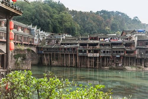 Nhà sàn tại làng Phong Hoàng, tỉnh Hồ Nam  Nếu bạn đã từng tham khảo về nghệ thuật Trung Quốc, bạn sẽ không thể bỏ sót những tài liệu thường xuyên xuất hiện về những ngôi nhà sàn tại làng Phong Hoàng. Hàng ngàn du khách ba-lô tìm đến đây mỗi năm để có cơ hội đi bộ trên những con đường lộng gió của ngôi làng hàng ngàn năm tuổi này, để có cảm giác về một Trung Hoa thực sự. Nếu bạn có kế hoạch đi du lịch Trung Quốc thì đây là một nơi không thể bỏ qua.