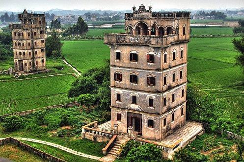 Các tháp canh Điêu Lâu Khai Bình, tỉnh Quảng Đông  Các tháp canh Điêu Lâu là một loạt những tòa tháp nhiều tầng xây dựng ở vùng ngoại ô tỉnh Quảng Đông vào đầu thế kỷ 20 như những pháo đài chống lại sự xâm lăng. Các kiến trúc nổi tiếng này là sự tập hợp tốt nhất phong cách kiến trúc La Mã, Hy Lạp và Hồi Giáo. Những tháp canh này chắc chắn là một trong những nơi đẹp nhất Trung Quốc.