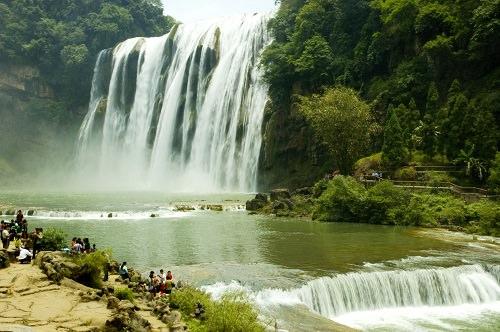 Thác nước Hoàng Quả Thụ, tỉnh Quý Châu  Với chiều cao 74m, Hoàng Quả Thụ được xem là là thác nước cao nhất châu Á. Nó cũng được xem là một thác nước thiên tạo to lớn với chiều rộng hơn 91 mét. Cảnh quan của thác nhìn rất ngoạn mục và bạn có thể ngắm thác theo những cách khác nhau  không như phần lớn các thác nước khác. Du khách có thể ngắm thác từ phía sau, nhìn trực diện và từ hai bên thác.