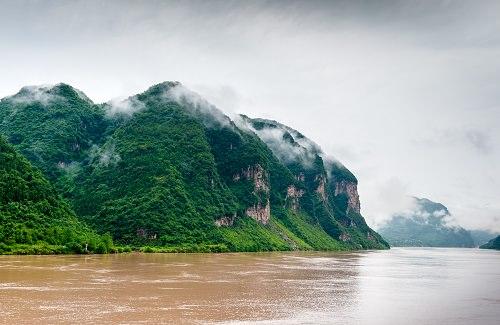 Thần Nông Giá, tỉnh Hồ Bắc  Những thung lũng bị sương mù bao phủ bốn mùa trong khu bảo tồn thiên nhiên Thần Nông Giá là nhà của những cánh rừng cận nhiệt đới duy nhất trên thế giới ở vĩ độ trung tâm. Những cánh rừng này là tổ ấm của loài khỉ lông vàng gần bị tuyệt chủng và hàng ngàn loài khác. Nếu bạn là một người yêu thiên nhiên, đây là địa điểm tuyệt vời nhất mà bạn phải ghé thăm.