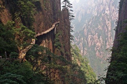 Hẻm núi Ân Thi, tỉnh Hồ Bắc  Cách đập Tam Hiệp hơn 300 km về phía tây là hẻm núi Ân Thi, câu trả lời của châu Á tới hẻm núi Grand nổi tiếng. Những hẻm núi lộng gió chạy dài suốt 108 km qua những vách đá thẳng đứng của một vùng núi non hiểm trở. Hàng trăm ngọn thác đổ xuống từ vách núi cao. Tại nhiều điểm, người ta làm những con đường cặp theo sườn núi để du khách có thể chiêm ngưỡng cảnh quan tuyệt vời tại đây.