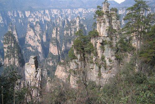 Vũ Lăng Nguyên, tỉnh Hồ Nam   Bất cứ ai nhìn thấy Vũ Lăng Nguyên đều lập tức liên tưởng đến những ngọn núi nổi bồng bềnh trong bộ phim 3D Avatar. Trong nhiều cuộc phỏng vấn, đạo diễn James Cameron đã xác nhận Vũ Lăng Nguyên đã tạo cảm hứng cho ông. Nó là một thung lũng đầy sương, cây cối xanh tươi với cảnh quan độc nhất vô nhị - 3.000 cột đá khổng lồ thiên tạo, cao hàng trăm mét, như những ngón tay vươn thẳng lên bầu trời. Sau khi bộ phim Avatar được trình chiếu, chính quyền Trung Quốc đã đặt tên cho một trong số những cột đá là Hallelujah, tên của ngọn núi trong phim.