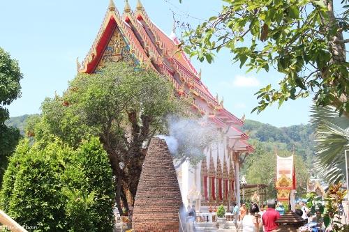 tieng-phao-cau-may-o-ngoi-chua-lon-nhat-phuket-8
