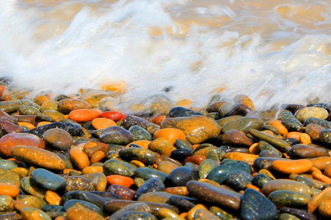 Bãi đá bảy màu dưới chân chùa Cổ Thạch