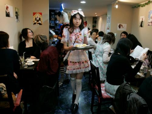 Quán cà phê Hibaritei ở Tokyo chỉ có phục vụ là nam giới. Đặc biệt những chàng trai này đều mặc trang phục như những nữ hầu bàn.
