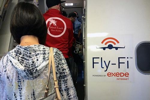 Hành khách đặt chân lên chuyến bay được phủ sóng Fly-fi của hãng hàng không JetBlue. Ảnh: Skift.