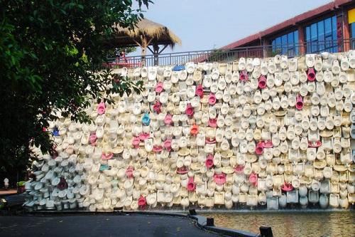 Bức tường thác nước bồn cầu độc đáo. Ảnh: Blogsina