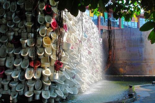 (Nước từ những chiếc vòi liên tiếp nhau phun ra tạo thành thác nước độc đáo. Ảnh: Wowsai.com)